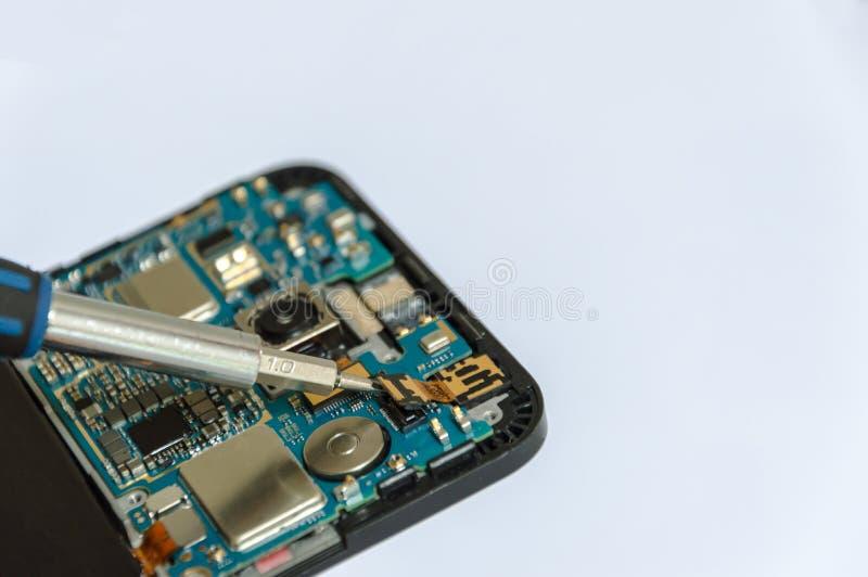 Un dispositivo electrónico y microprocesadores aislados en un fondo blanco imagenes de archivo