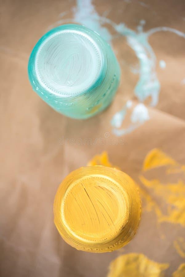 Un DIY a tiré des pots de maçon peints à la main de marinade photos stock