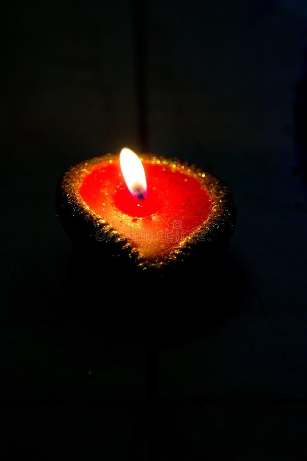 Un diya de lampe à pétrole sur un fond foncé pendant les célébrations de Diwali dans l'Inde images stock