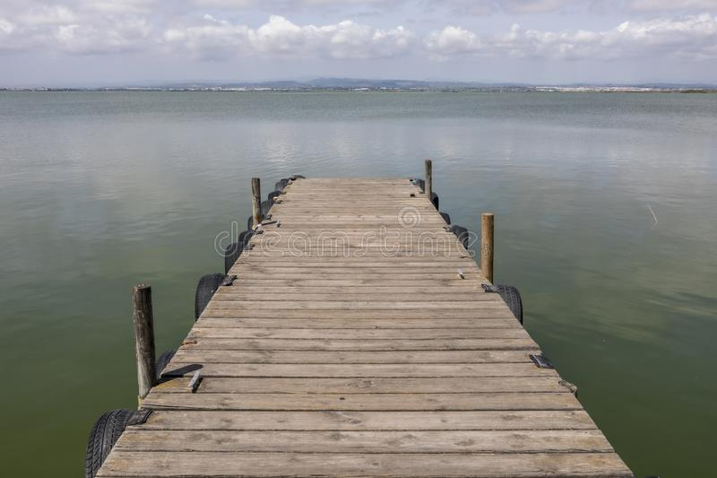 Un dock par le lac au ciel de matin photo stock