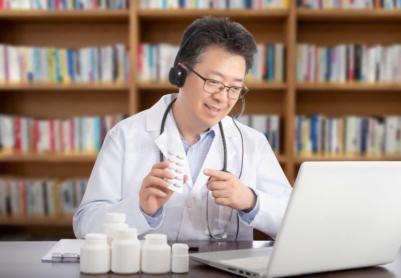 Un docteur asiatique qui consulte à distance un patient Concept de Telehealth image libre de droits