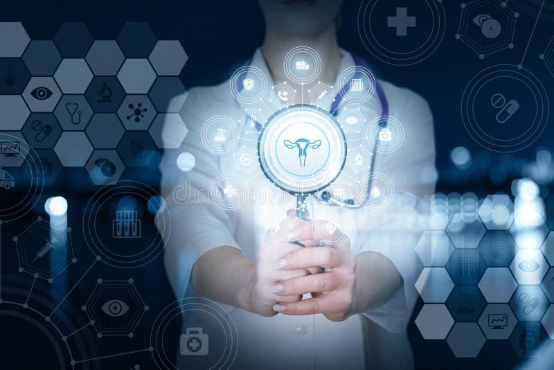 Un docteur avec une loupe et un système de structure de gynécologie photographie stock