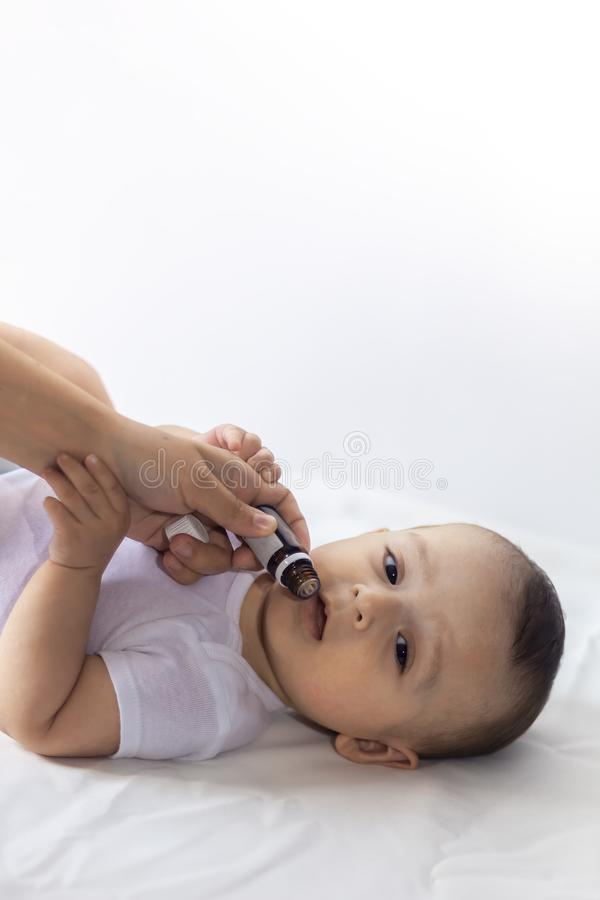 Un docteur donne le vaccin nouveau-né de rotavirus de bébé Immunisation d'enfant avec peu de baisse dans la clinique Le bébé garç photos stock