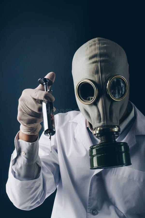 Un doctor asustadizo en careta antigás foto de archivo libre de regalías