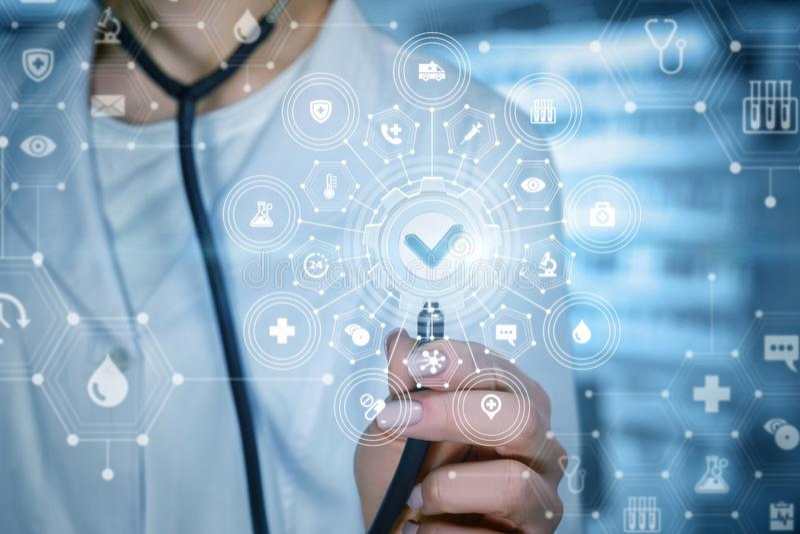 Un doctor con un sistema compuesto de calidad del servicio médico imagenes de archivo