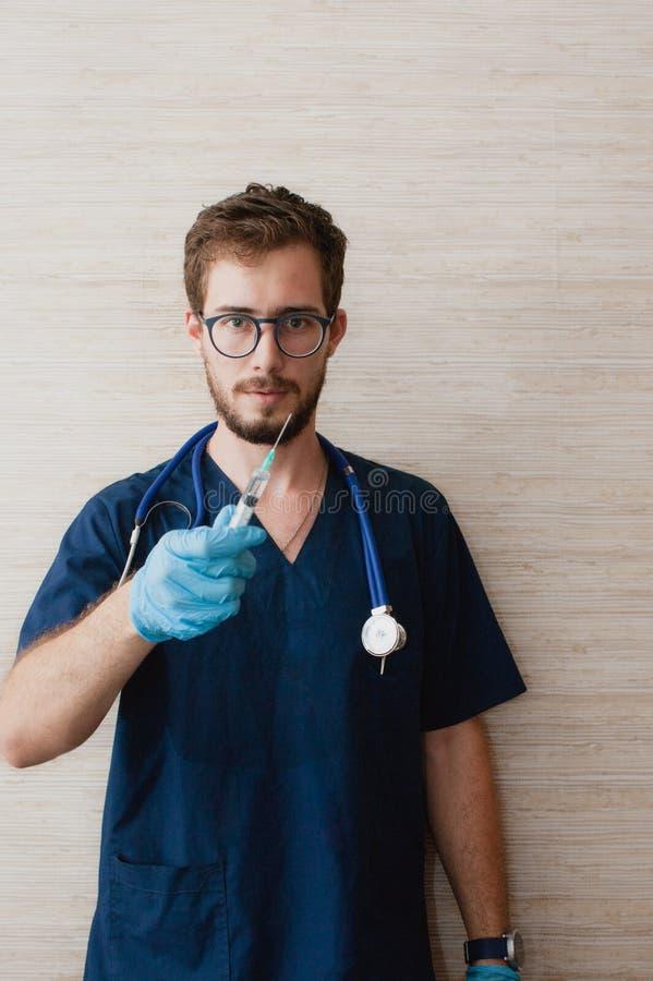 Un doctor confiado que trabaja en el cuarto del médico fotografía de archivo
