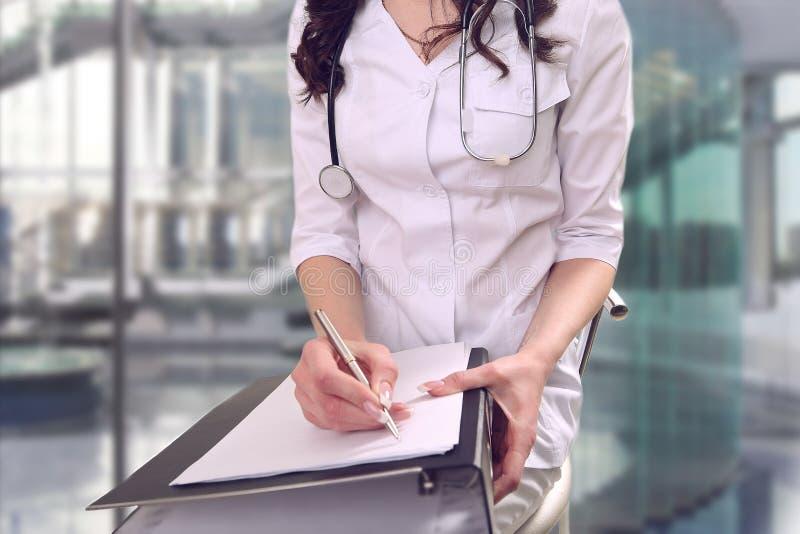 Un doctor en la cirugía realiza el trabajo administrativo bureaucrac fotografía de archivo