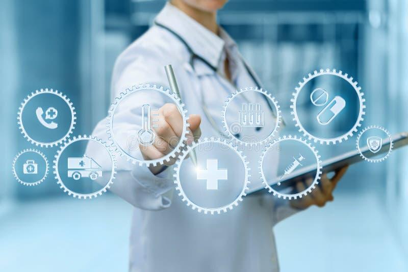 Un doctor está actuando con el mecanismo de las ruedas dentadas que contiene los símbolos médicos dentro de mientras que hace not fotos de archivo libres de regalías