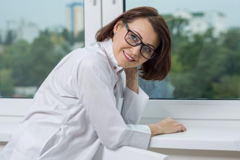 Un doctor médico sonriente de la mujer en el hospital fotografía de archivo libre de regalías