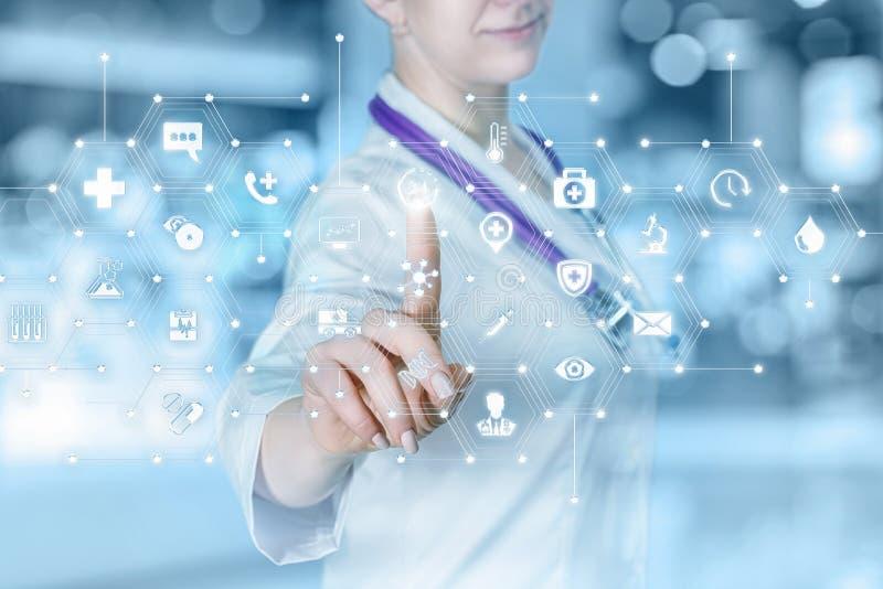 Un doctor que actúa con el esquema total del sistema de servicio médico fotos de archivo libres de regalías
