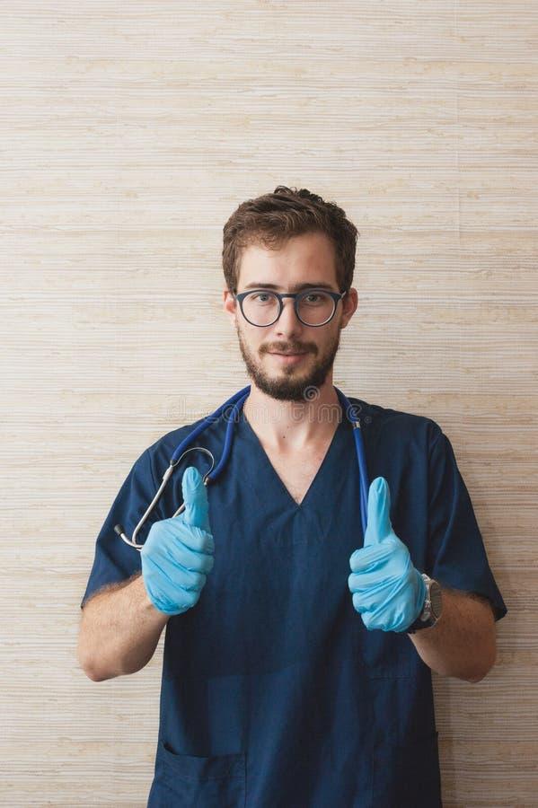 Un doctor que trabaja en el cuarto del médico imagen de archivo libre de regalías