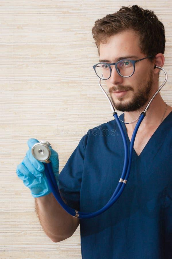Un doctor que trabaja en el cuarto del médico foto de archivo