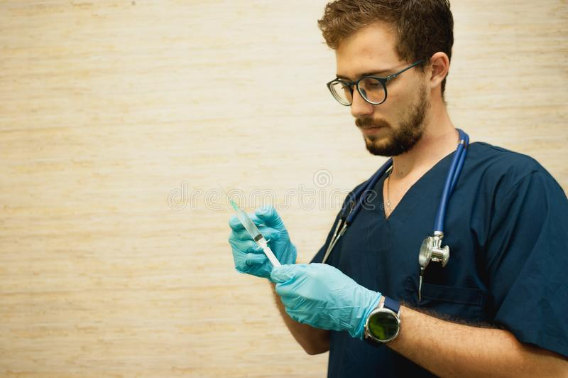 Un doctor que trabaja en el cuarto del médico fotografía de archivo libre de regalías
