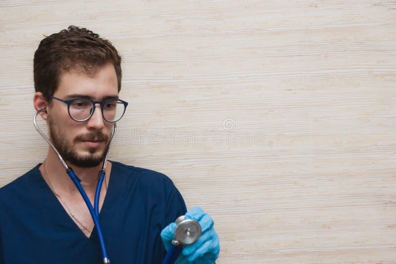 Un doctor que trabaja en el cuarto del médico imágenes de archivo libres de regalías