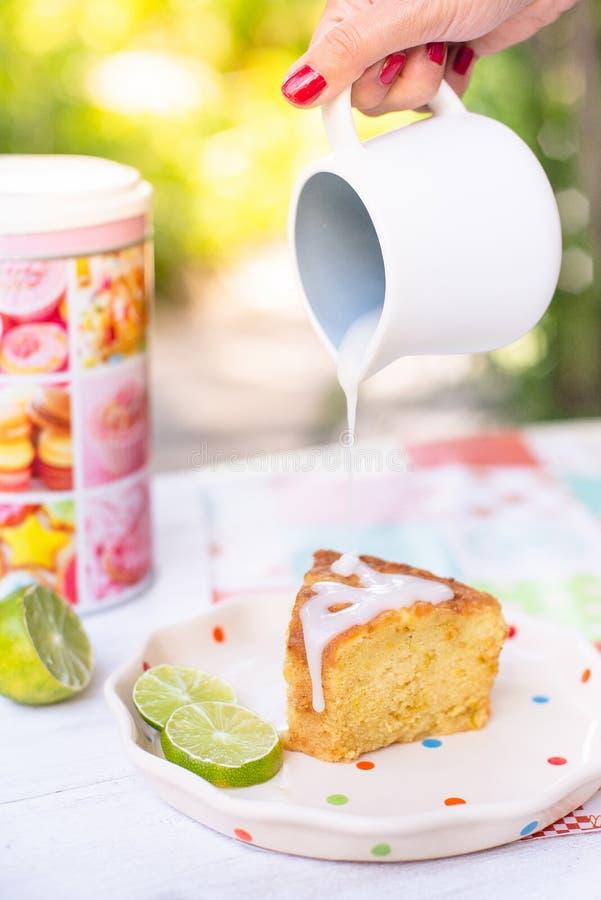 Un dolce delizioso del limone con la guarnizione della glassa immagini stock libere da diritti