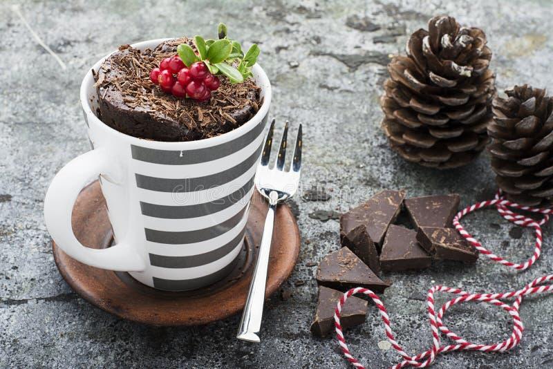 Un dolce della tazza per uno spuntino festivo del ` s EVE del nuovo anno con i dolci bianchi rossi in una tazza bianca rossa a st fotografia stock