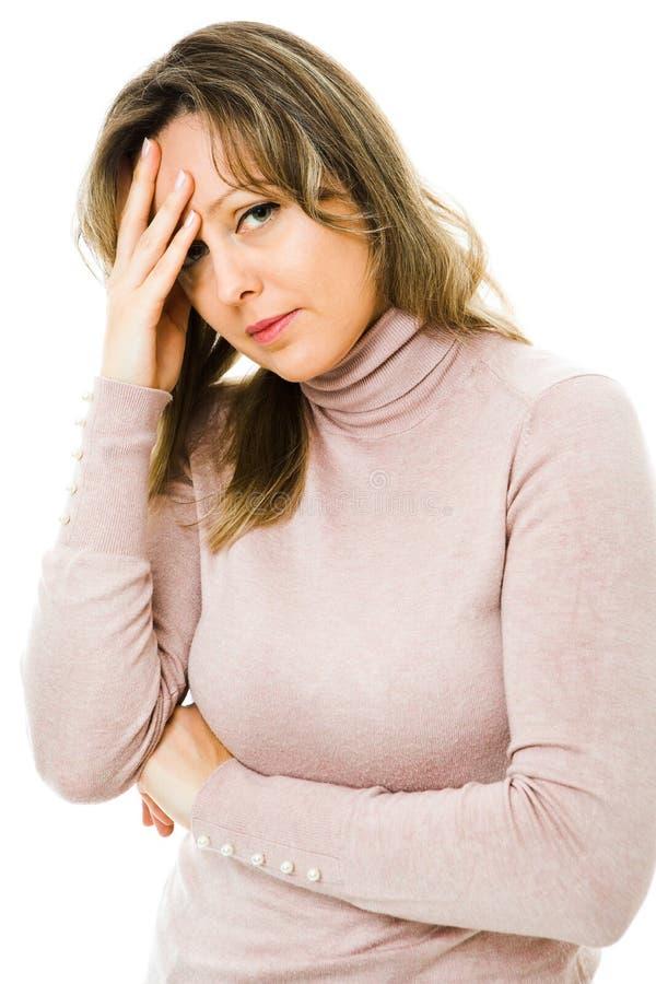 Un dolor de cabeza rubio del sufrimiento de la mujer - trabajando demasiado fotos de archivo libres de regalías