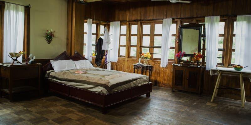 un dormitorio moderno de lujo del estilo Almohada cómoda en la decoración de la cama en interior del dormitorio imagen de archivo libre de regalías