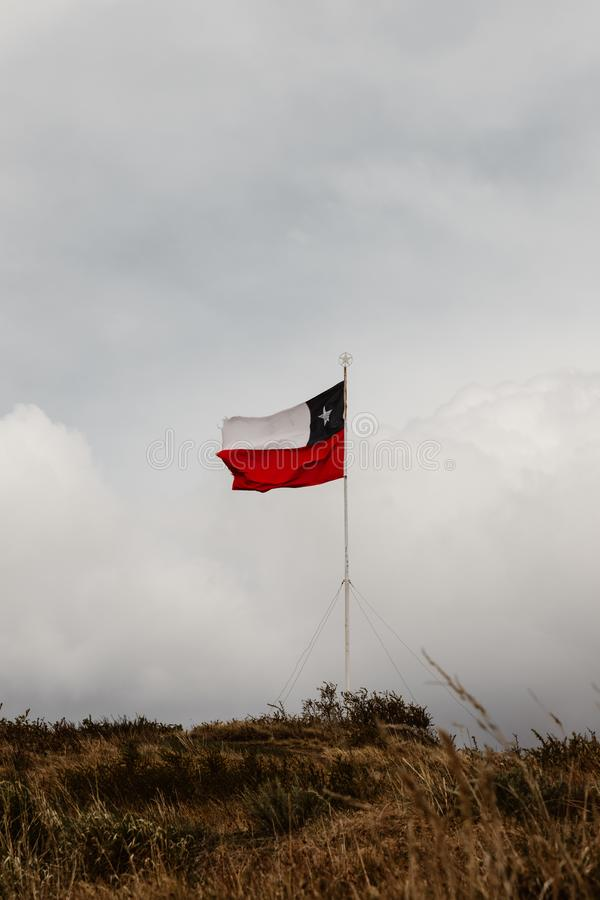 Un drapeau chilien en Torres Del Paine dans le Patagonia photo stock