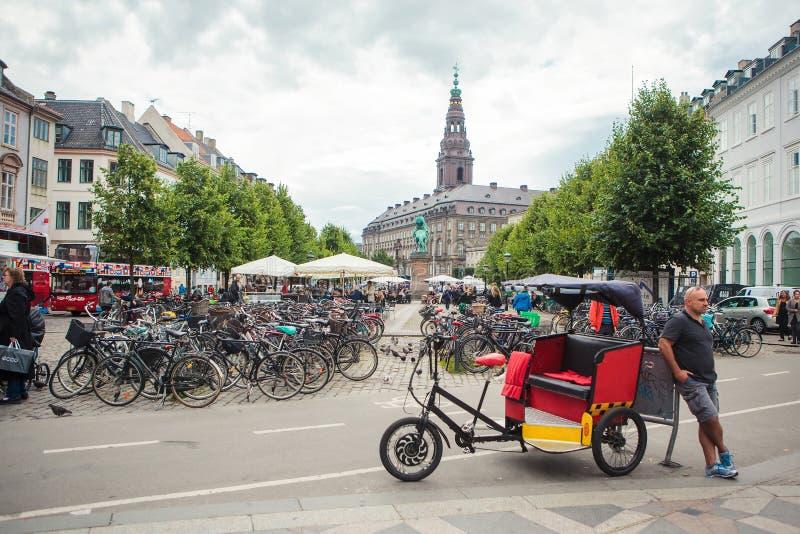 Un driver del risciò del triciclo aspetta i clienti a Copenhaghen immagine stock