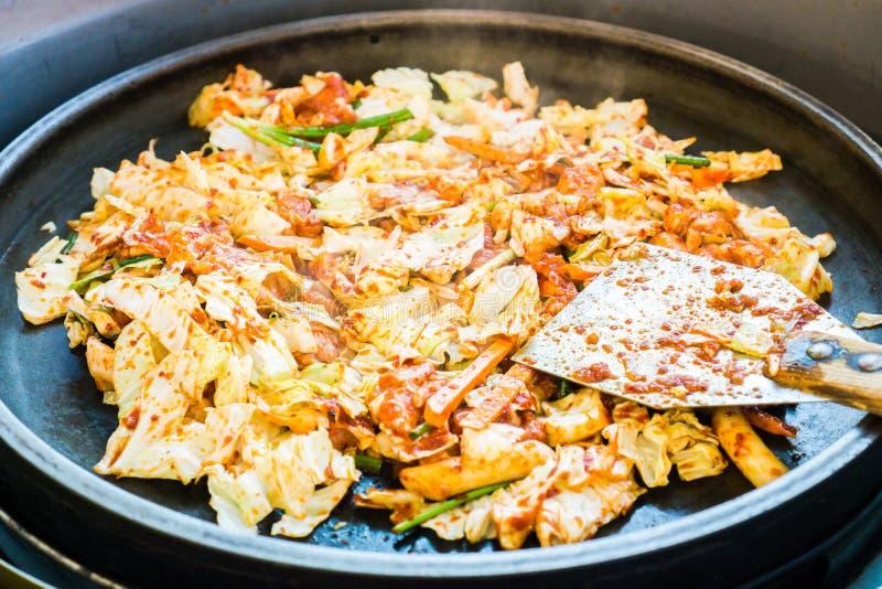 Un du favori coréen : L'émoi épicé coréen a fait frire le légume, le poulet et la sauce épicée coréenne et le x28 ; Gochujang& x2 image libre de droits