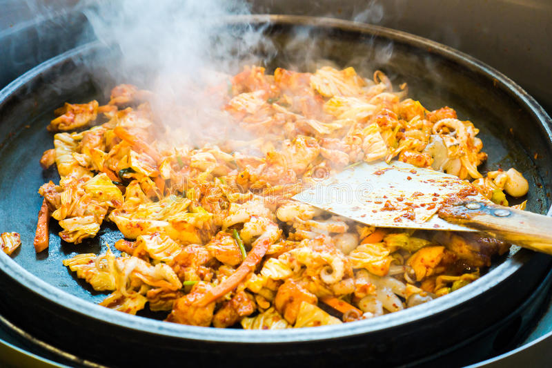 Un du favori coréen : L'émoi épicé coréen a fait frire le légume, le poulet et la sauce épicée coréenne et le x28 ; Gochujang& x2 photographie stock