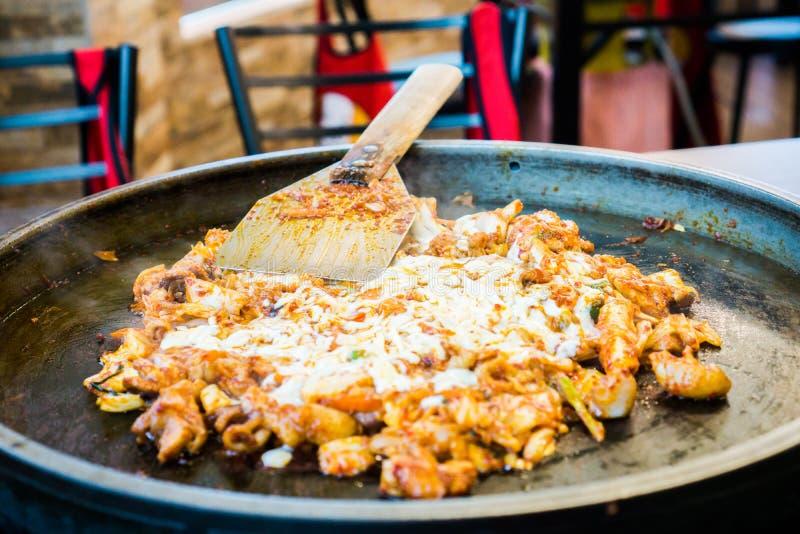 Un du favori coréen : L'émoi épicé coréen a fait frire le légume, le poulet et la sauce épicée coréenne et le x28 ; Gochujang& x2 photographie stock libre de droits
