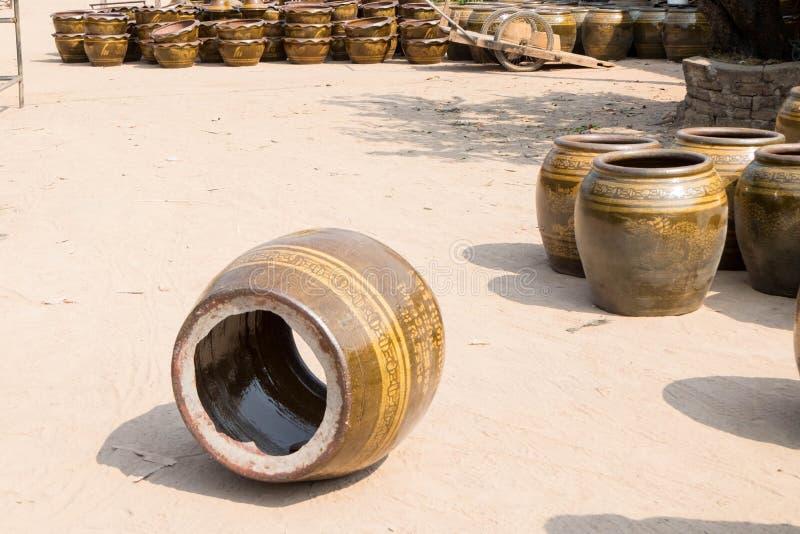 un du produit de poterie de défaut après la combustion dans le fourneau géant dans l'industrie de poterie à la province de Ratcha photos stock