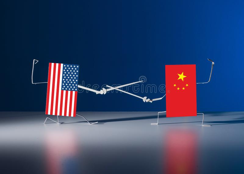 Un duelo con las espadas entre las banderas de papel de los E.E.U.U. y China foto de archivo libre de regalías