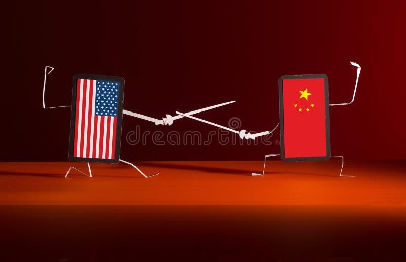 Un duelo con las espadas entre los tel?fonos de los E.E.U.U. y China fotos de archivo