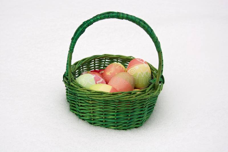 Easterbasket in neve immagine stock