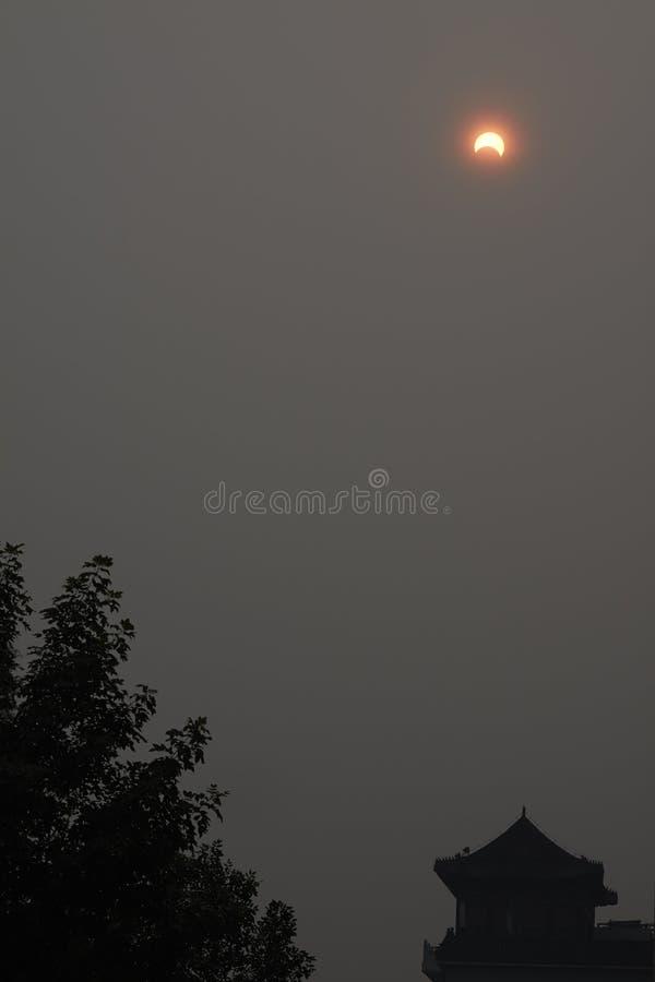 Un eclipse solar parcial sobre el cielo imagen de archivo libre de regalías