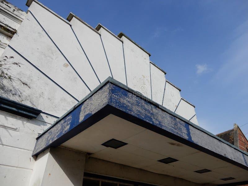 Un edificio abandonado del cine del art déco fotografía de archivo libre de regalías