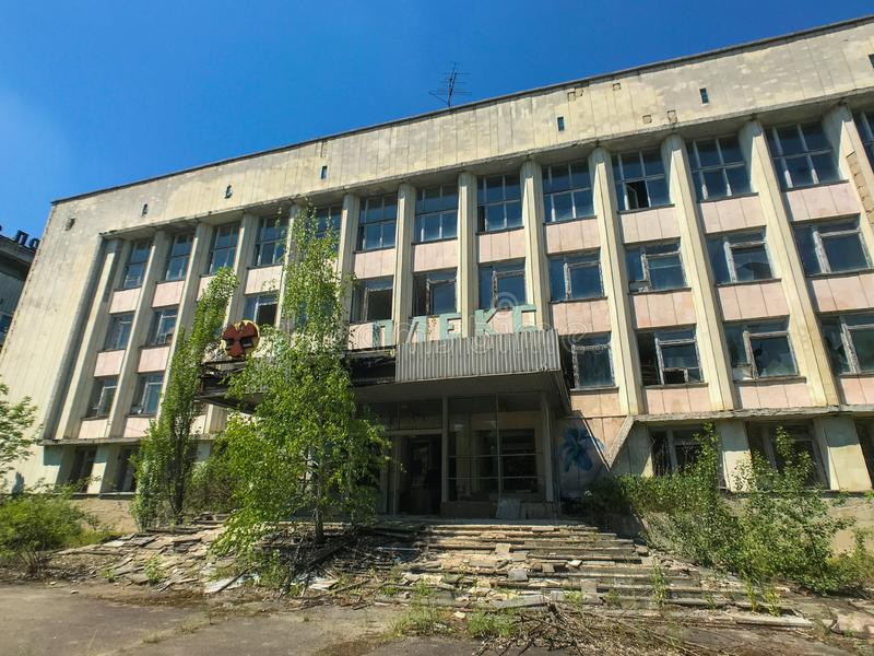 Un edificio abandonado del gobierno en Pripyat, Ucrania, evacuada después del desastre nuclear de Chernóbil en los años 80 fotos de archivo