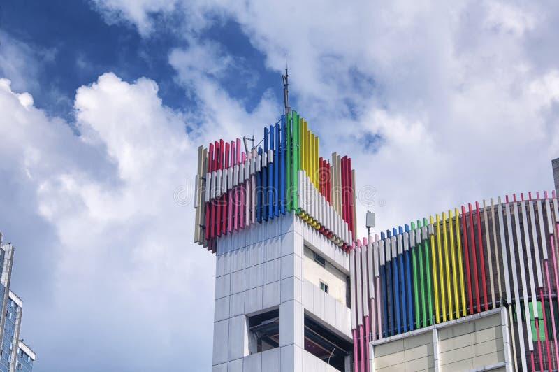 Un edificio coloreado arco iris en Chongqing China imagen de archivo