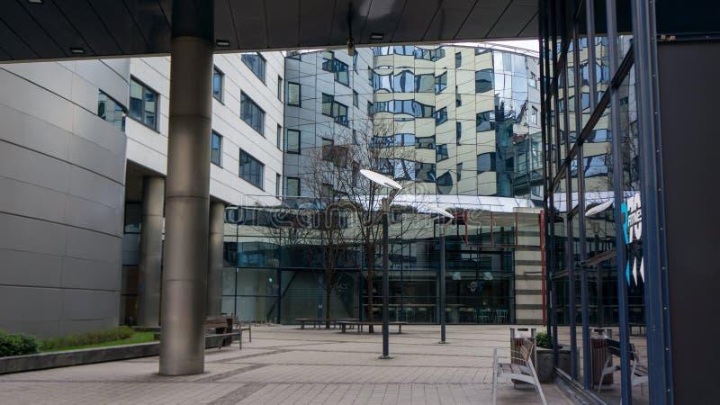 Un edificio con las superficies reflexivas foto de archivo