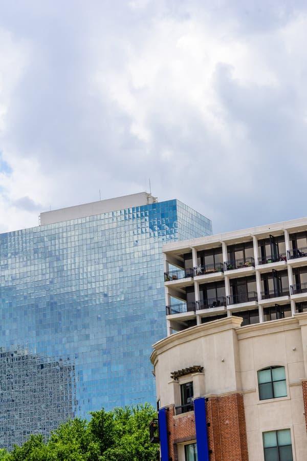 Un edificio de oficinas de cristal en Houston, TX imagenes de archivo