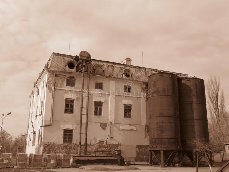 Un edificio de trabajos viejo de la manufactura de la planta de fábrica en color de la sepia fotografía de archivo