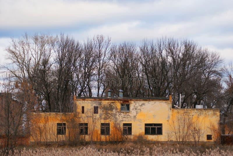 Un edificio dilapidado de una unidad militar abandonada fotografía de archivo