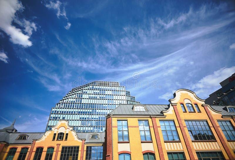 Un edificio histórico de una casa de impresión anterior y la fachada de un edificio de oficinas moderno imágenes de archivo libres de regalías