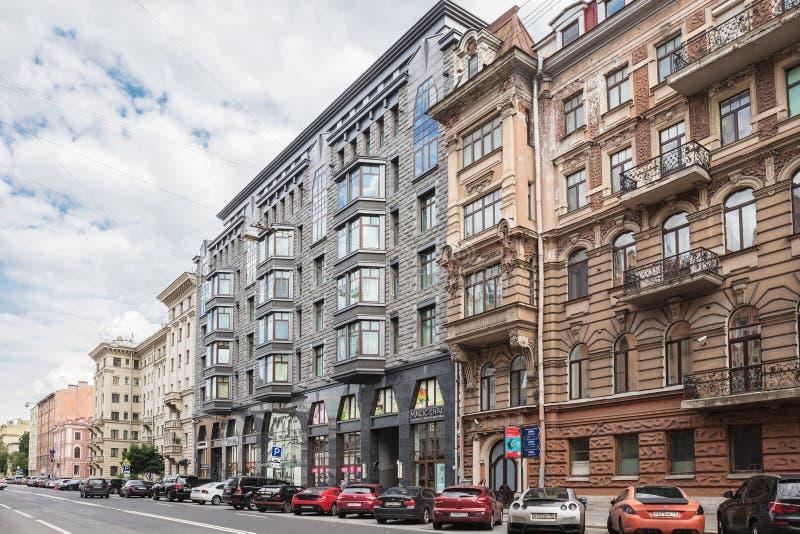 Un edificio moderno costruito in una serie di vecchie costruzioni sulla via di Tverskaya a St Petersburg immagine stock