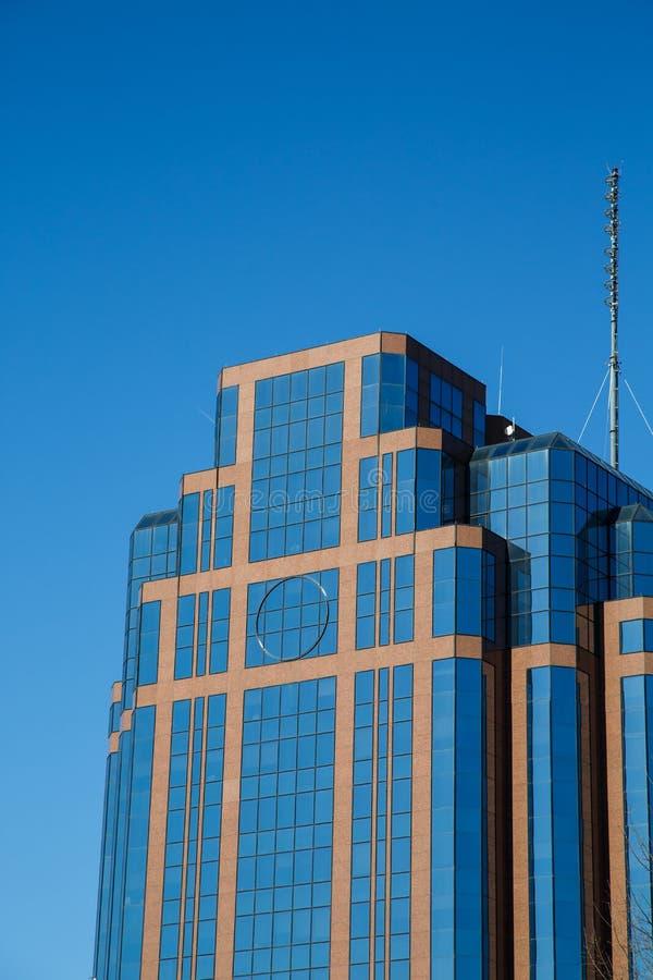 Pietra rossa moderna ed edificio per uffici di vetro blu fotografia stock