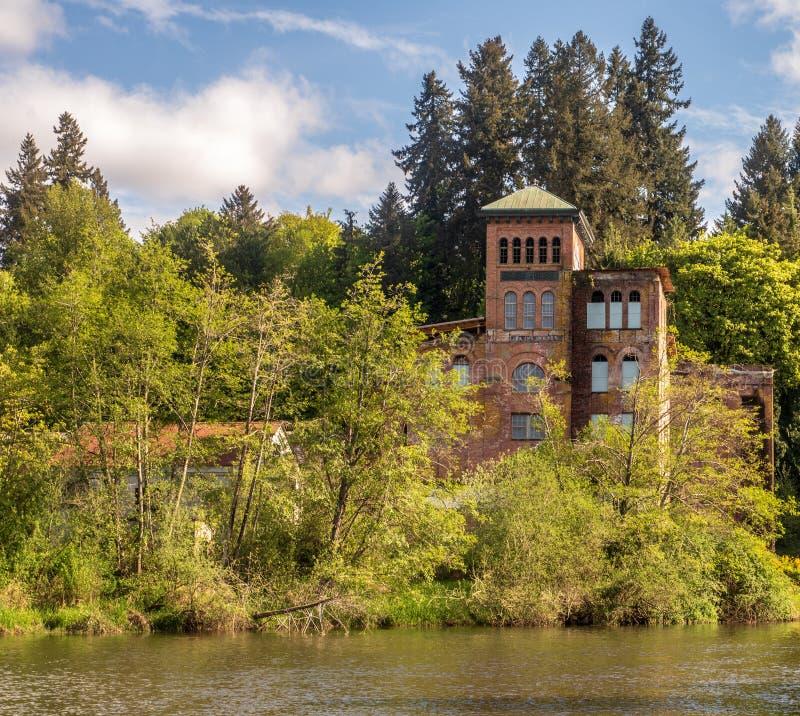 Un edificio viejo en el agua fotos de archivo