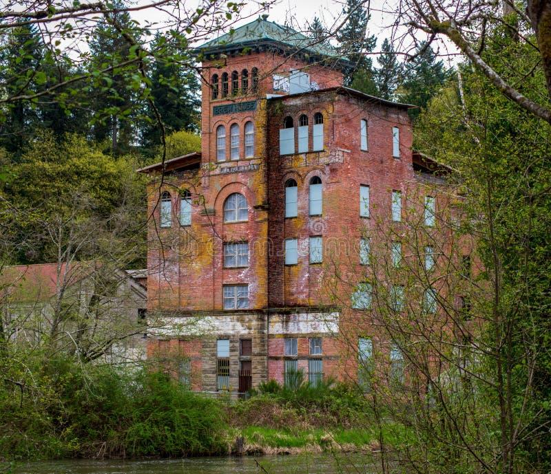 Un edificio viejo en el agua imagen de archivo