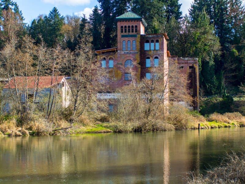 Un edificio viejo en el agua fotografía de archivo libre de regalías