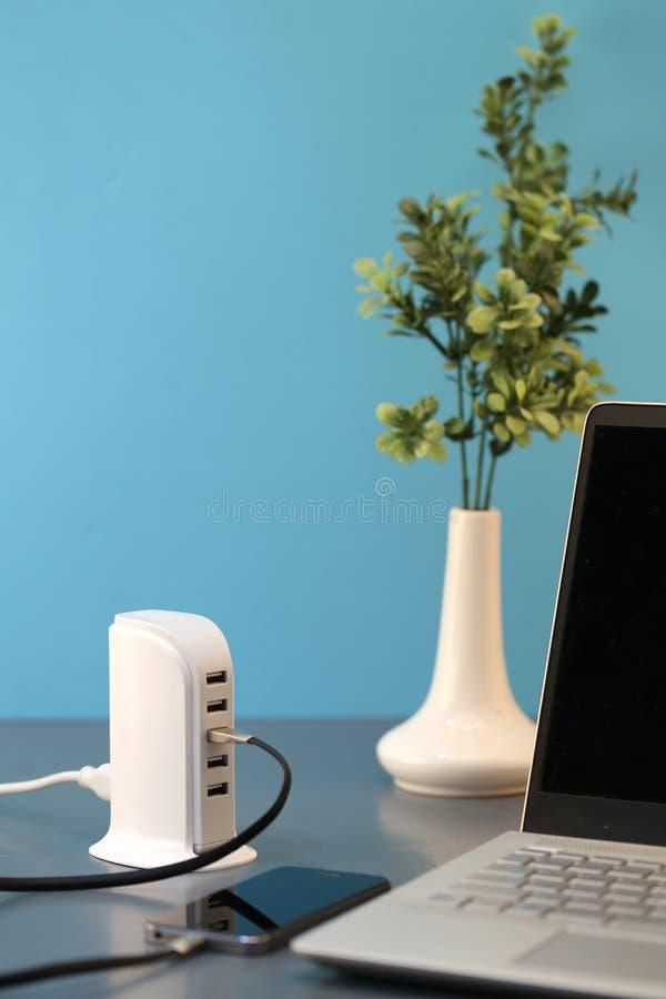 Un eje del USB en un escritorio de oficina, otro equipo requerido cuando usted utiliza el ordenador portátil fotos de archivo