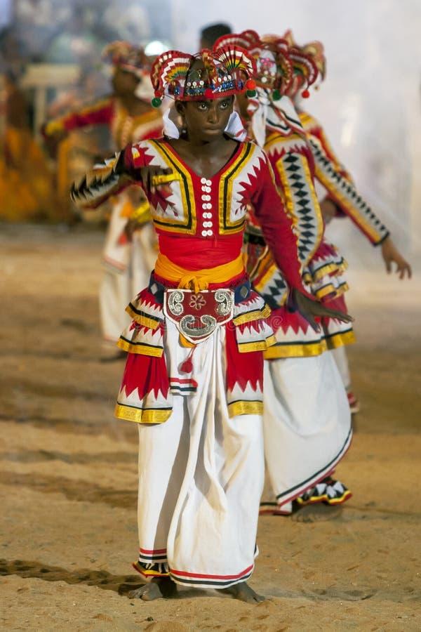 Un ejecutante coloufully vestido en el festival de Kataragama en Sri Lanka imagenes de archivo