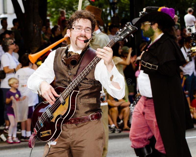 Un ejecutante del musical juega para la muchedumbre en el desfile