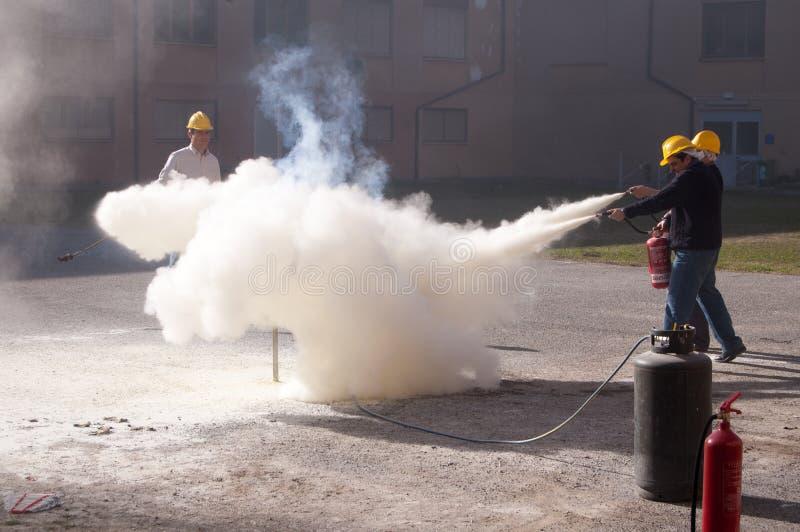 Un ejercicio de la lucha contra el fuego de las llamas imagen de archivo