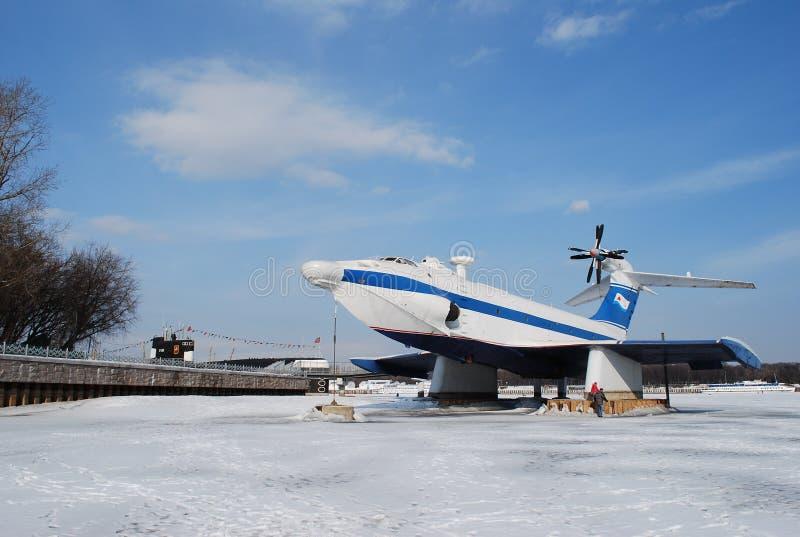 Un ekranoplaner de d?barquement du projet 904 d'aiglon sur le r?servoir de Khimki photo stock